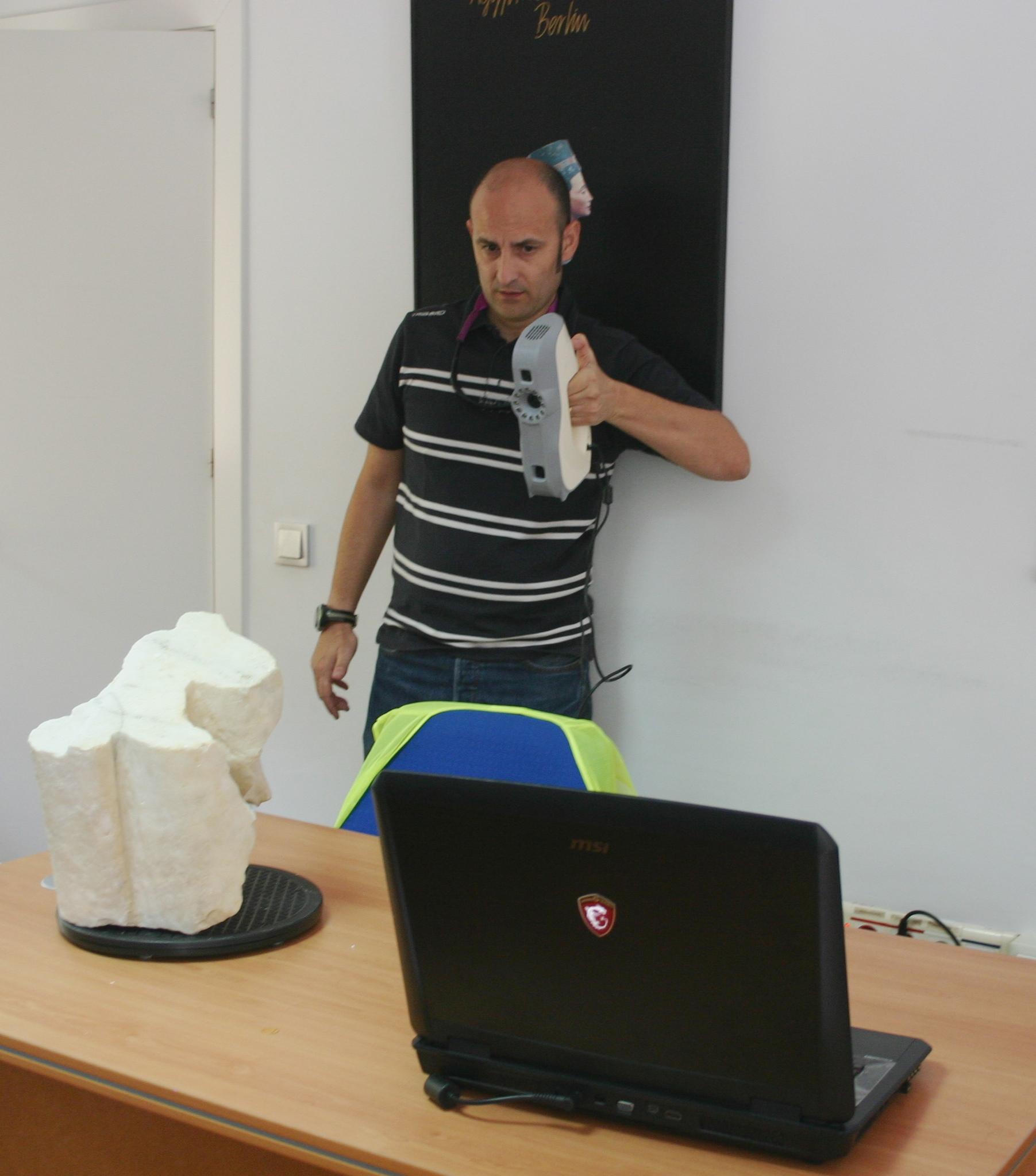 Jesús Rodero, colaborador del proyecto Itálica, escaneando una pieza