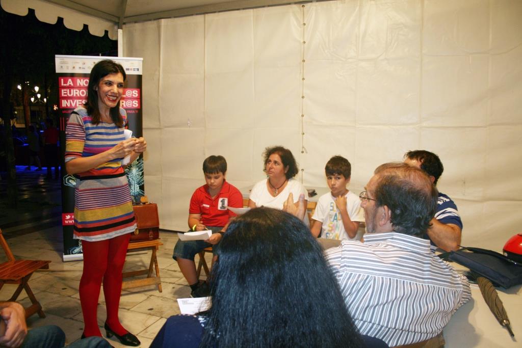 La investigadora Isabel R. Rodríguez del Dpto. Psicología Evolutiva y de la Educación de la US durante un taller de lenguaje de signos en la Noche de los Investigadores 2014