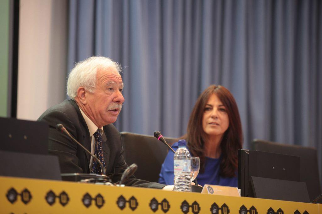 La directora del CICUS, Concepción Fernández, y el sociólogo Julio Carabaña.