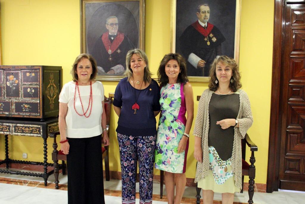 (De izq. a dcha.) La presidenta del Consejo Social de la UPO, Amparo Rubiales; la vicerrectora de Relaciones Institucionales de la US, Elena Cano; la presidenta del Consejo Social de la US, Isabel Aguilera; y la catedrática de Química Inorgánica de la US y organizadora del encuentro Adela Muñoz