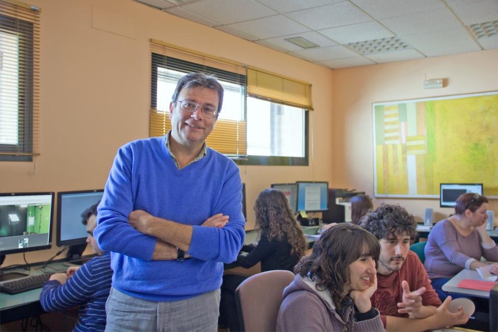El investigador Julio Cabero, responsable del proyecto en las instalaciones del SAV
