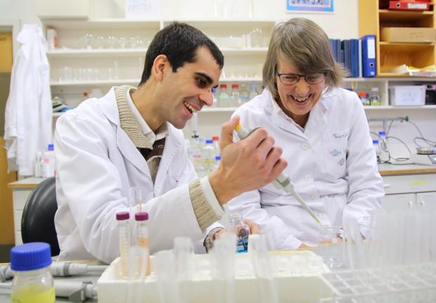 Manuel Félix y Turig Rustad en un laboratorio de la Universidad Noruega de Ciencia y Tecnología.
