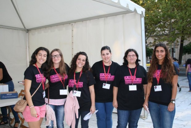Grupo de estudiantes voluntarios Noche Europea de los Investigadores 2014