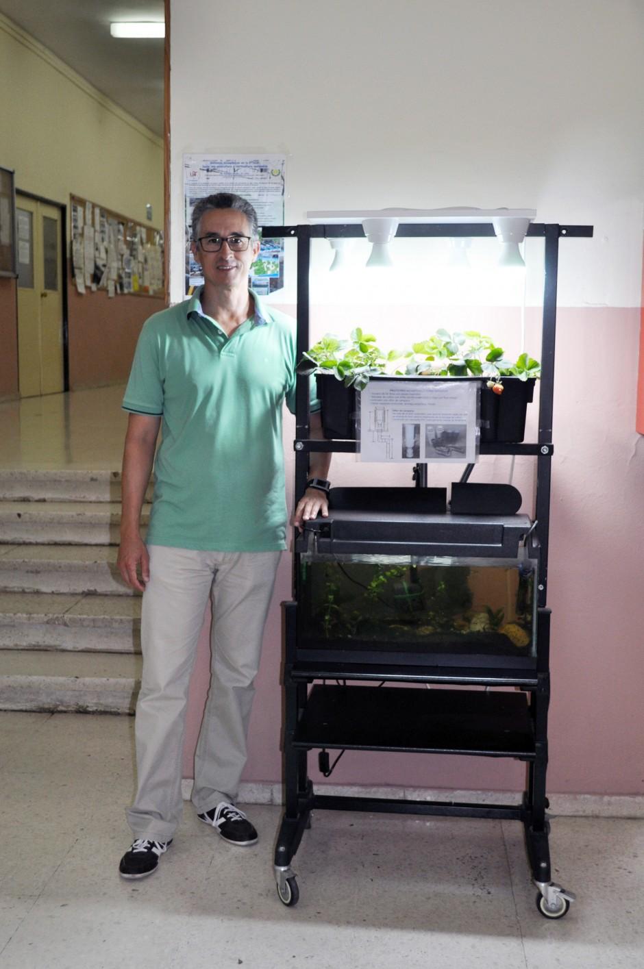 Víctor Fernández junto al prototipo acuapónico de la entrada de la ETSIA copia