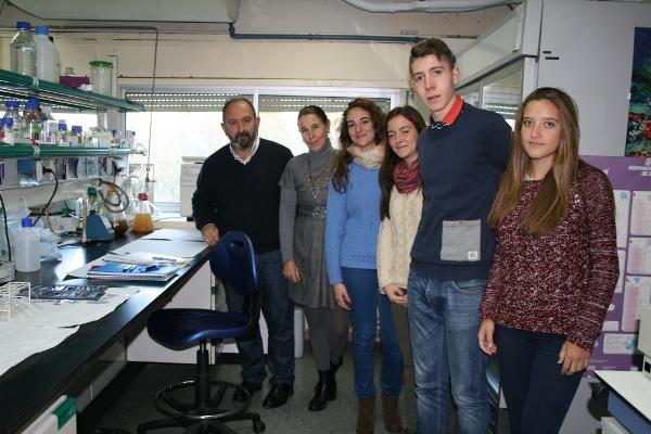 El profesor Santiago Mateos junto al grupo de estudiantes del proyecto