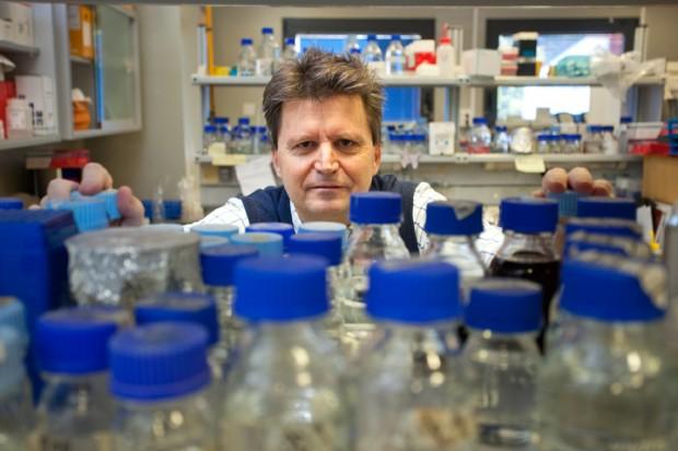 Andrés Aguilera López en su laboratorio del CABIMER