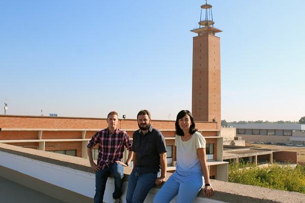 (De izq. a dcha.) Los investigadores de la Universidad de Sevilla Jorge Martínez Guanter, Manuel Pérez-Ruiz y Lucía Quebrajo Moya
