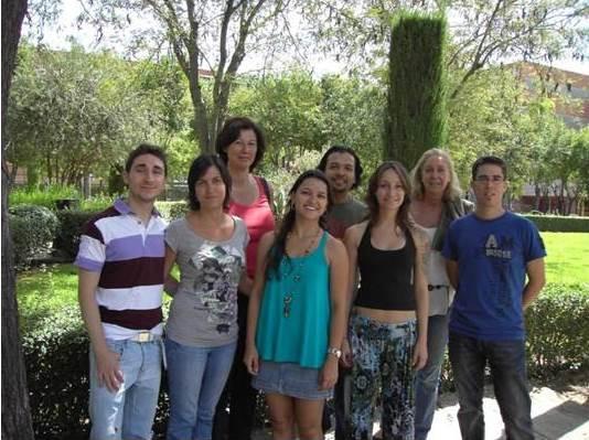 La investigadora Débora Vendramini (en el centro) junto a los miembros del Grupo de investigación FARMOLAP