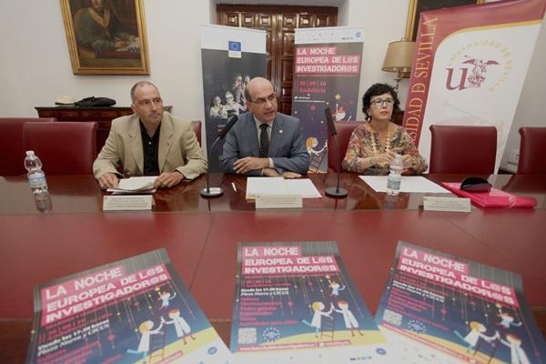 (Izq a drch) Bruno Martínez, Julián Martínez y Ana Hidalgo presentan la Noche Europea de los Investigadores 2016 en Sevilla
