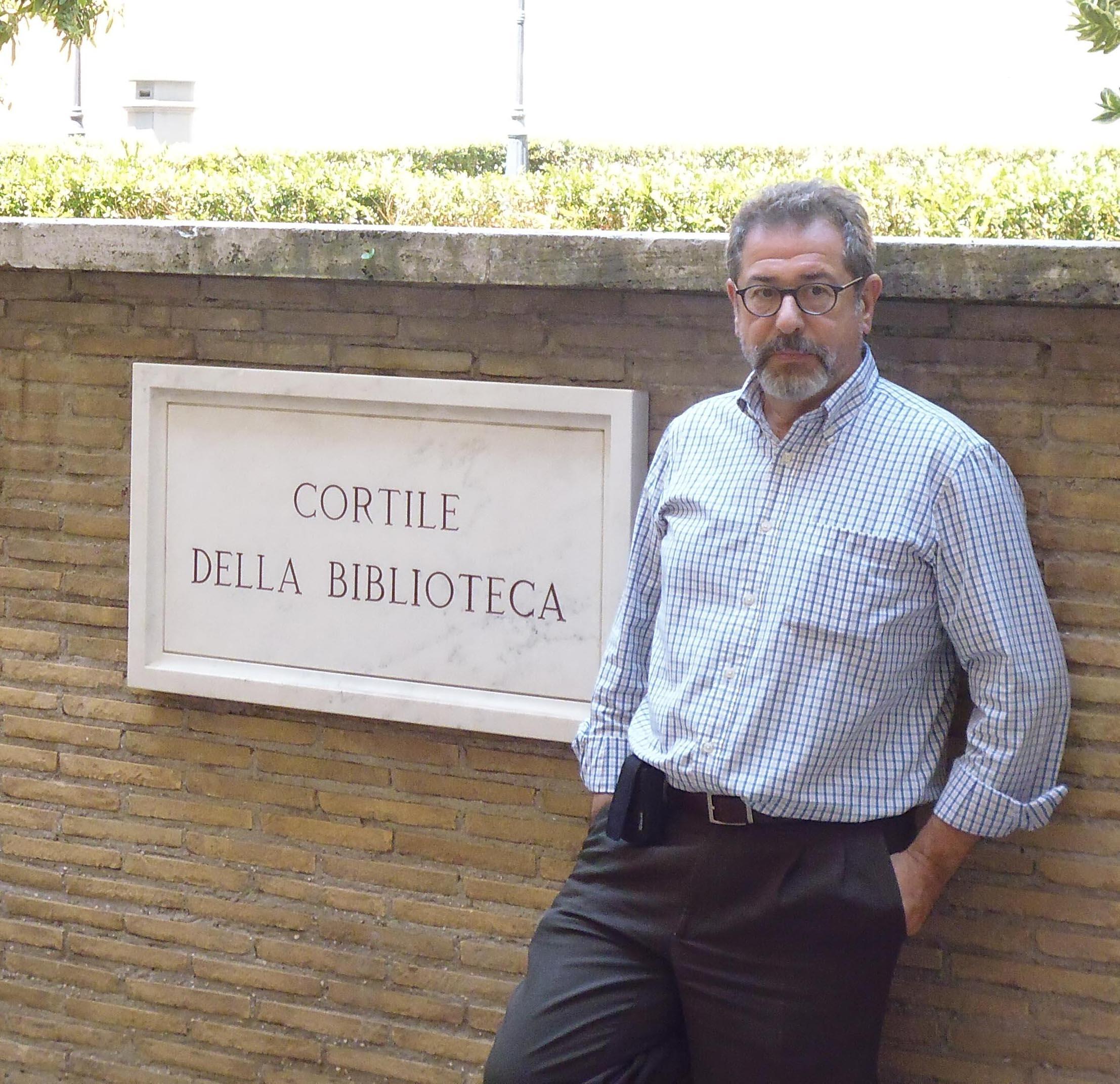 El profesor de la US José Solís en el patio de la Biblioteca del Vaticano