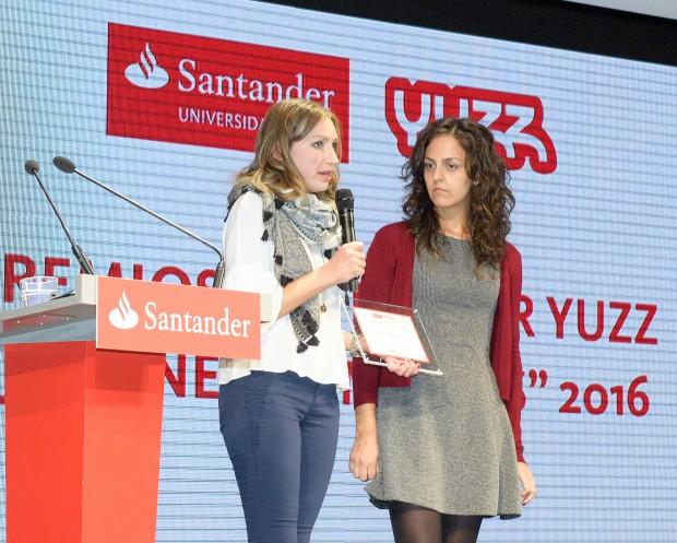 Matilde Durán (de blanco) y Sofía Mendes en la entrega de los Premios Yuzz 2016