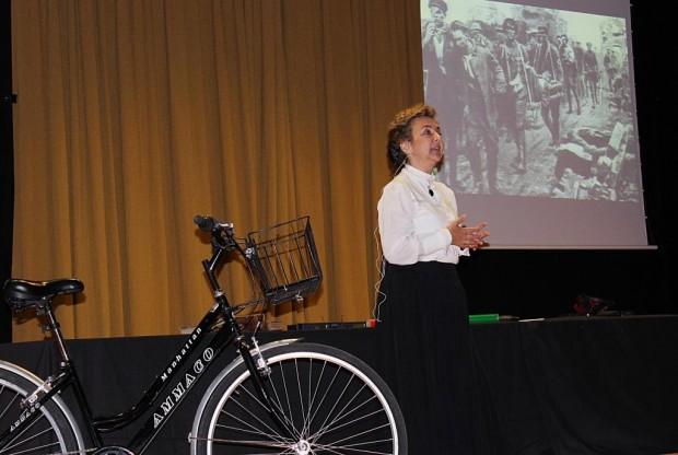 Adela Muñoz en la obra 'Científicas: pasado, presente y futuro'