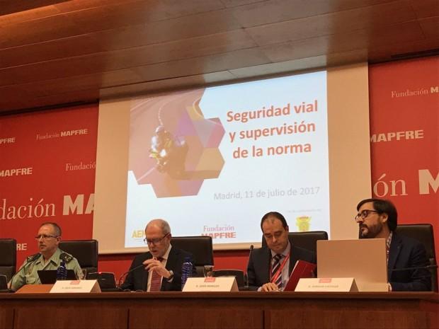 El profesor de la US José Ignacio Castillo Manzano (drcha de la imagen) en la presentación del estudio con Mapfre