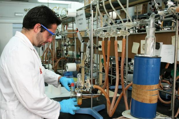 El investigador Carlos J. Carrasco en los laboratorios de la Facultad de Química de la US