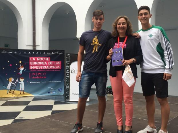 Adela Muñoz junto  a los alumnos que han ganado el libro 'Sabias'