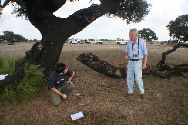 """A la izquierda el Dr. Nicasio T. Jiménez Morillo y a la derecha el Dr. Luis Clemente Salas (Investigador del IRNAS-CSIC). La foto fue tomada en la zona de """"Matasgorda"""" dentro del Parque Nacional de Doñana, justo en la zona de Alcornoque Quemado"""