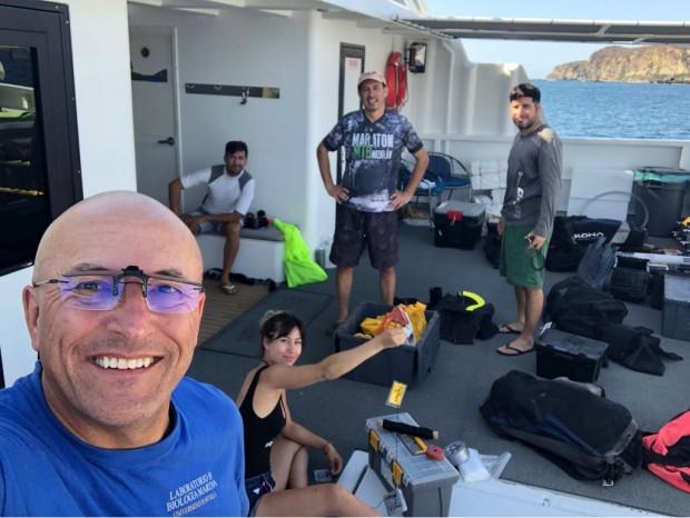 El catedrático José Carlos García junto a los compañeros de la campaña en la Isla María Cleofás, en el Pacífico mexicano