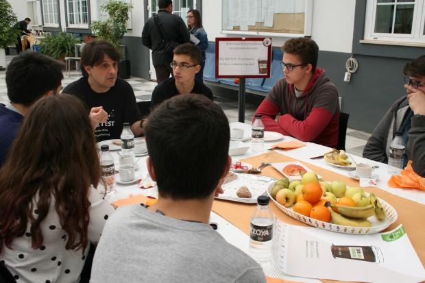 del profesor de la US Adán Cabello, explicando el Big Bell Test a alumnos de bachillerato en Sevilla