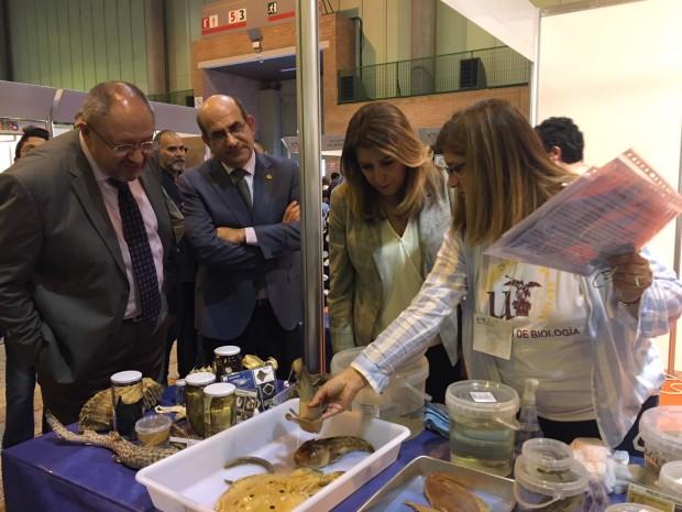 La Presidenta de la Junta de Andalucía, Susana Díaz, visita el estand de la Facultad de Biología