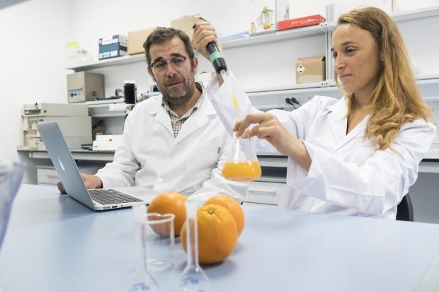 Antonio J Meléndez y Paula Mapelli en los laboratorios de CITIUS Celestino Mutis