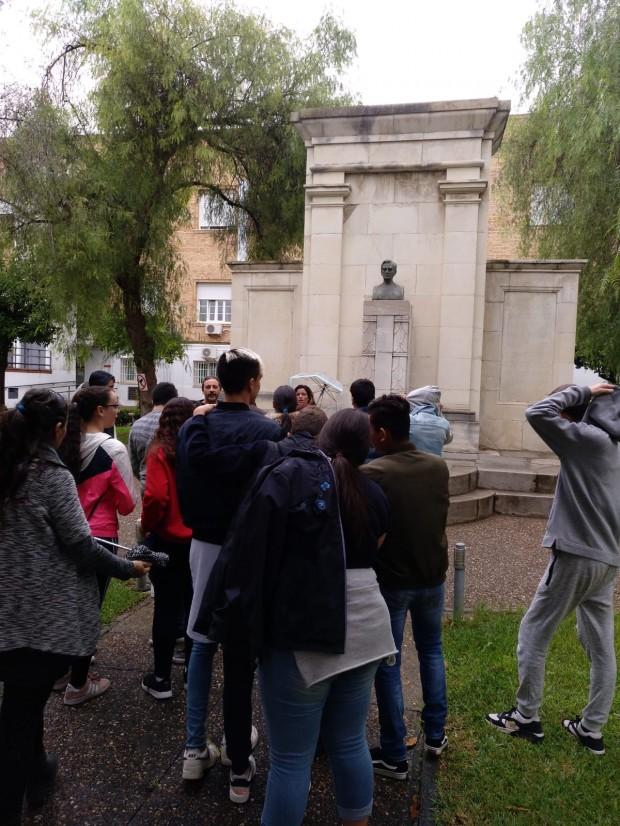 Visita de alumnos al monumento de Fleming en la Facultad de Medicina de Sevilla