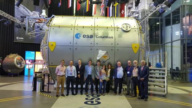 Panel de expertos en la sede del Centro Europeo de Investigación y Tecnología Espacial de la Agencia Europea del Espacio en Noorwijk, Holanda. Al fondo, la réplica del módulo laboratorio Columbus de la Estación Espacial Internacional.