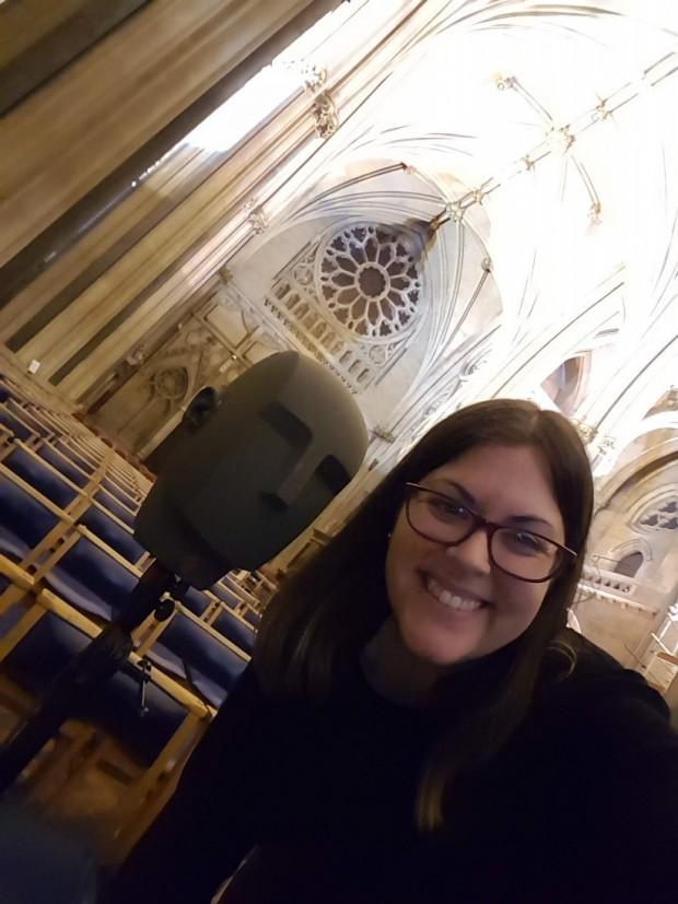 Lidia Álvarez durante las mediciones en la catedral de Bristol