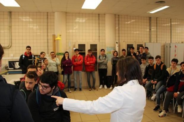 Alumnos en su visita a los laboratorios de la ETSI